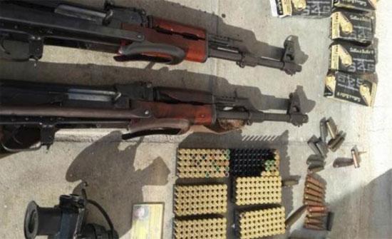 ضبط مركبات مزورة وسلاح وذخيرة في مداهمة بالبادية الشمالية
