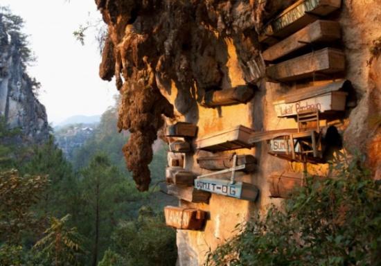 مقبرة في الهواء.. قبيلة تعلّق الموتى على المنحدرات الجبلية بدلاً من دفنهم!