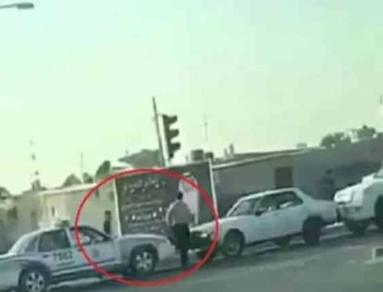 شاهد: لحظة اعتداء قائد سيارة بالضرب على شرطي كويتي