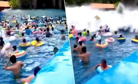 شاهد : موجة هائلة تجرف عشرات السياح في الصين (فيديو)
