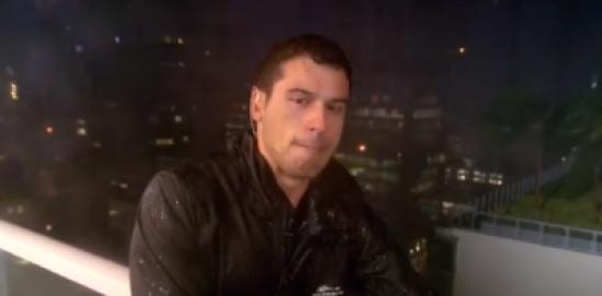 فيديو| عائلتي هناك واختاروا عدم المغادرة .. 3 ملايين مشاهدة لمُراسل يبكي أثناء تغطيته إعصار إرما