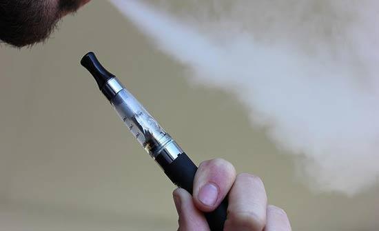 بريطانيا تدعو لاعتماد السجائر الإلكترونية علاجا للإقلاع عن التدخين
