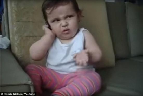 بالفيديو والصور.. طفلة تثير دهشة والدتها بالتحدث في الهاتف