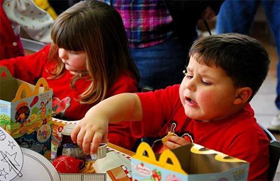 تحذير من وجبات الكومبو للأطفال