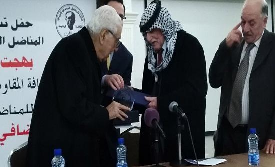 ضافي الجمعاني يتسلم جائزة بهجت أبو غربية لثقافة المقاومة