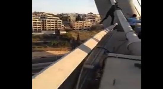 فيديو : شاهد محاولة انتحار  سائق تاكسي من على جسر عبدون