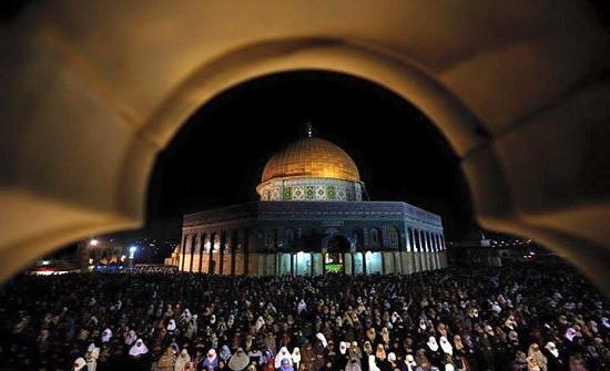 بالفيديو :  350 ألف مصل يحيون ليلة القدر في المسجد الأقصى