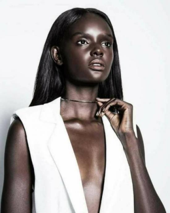 8b2e42cfd6c47 أغلى عارضة أزياء في العالم وذلك بسبب سحر لون بشرتها..و زوج يعشقها بجنون