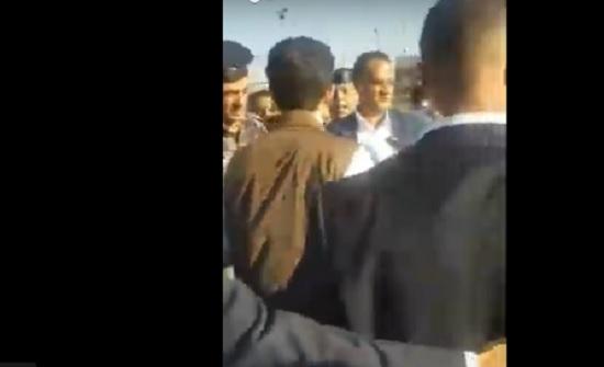 بالفيديو : الامير حسين يترجل من موكبه ليطمئن على مصابين بحادث سير