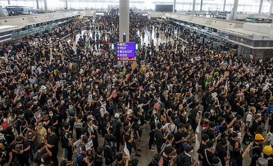 التظاهرات تجتاح مطار هونغ كونغ.. وإلغاء جميع الرحلات