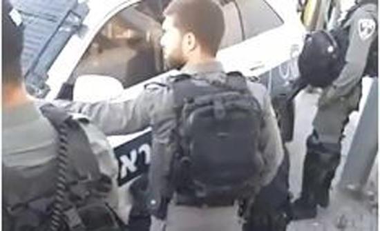 فيديو- قوات الاحتلال تعتدي بالضرب على شاب فلسطيني وتعتقله