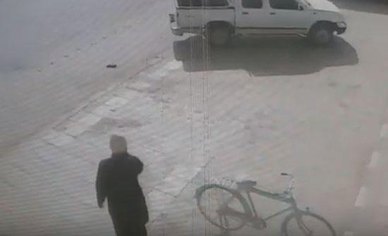 ماذا فعلت فتاة لحظة اقتحام لص سيارة تجلس بداخلها بالسعودية (فيديو)