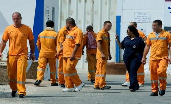 الاشتباه بعاملات اجتماعيات في إقامة علاقات مع سجناء