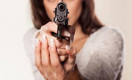 توقيف سيدة حملت مسدساً داخل محكمة بعمان واسناد تهمتين لها