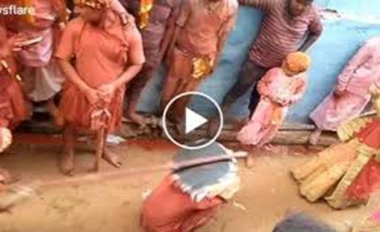 «علقة ساخنة» للرجال من النساء في مهرجان هندي (فيديو)