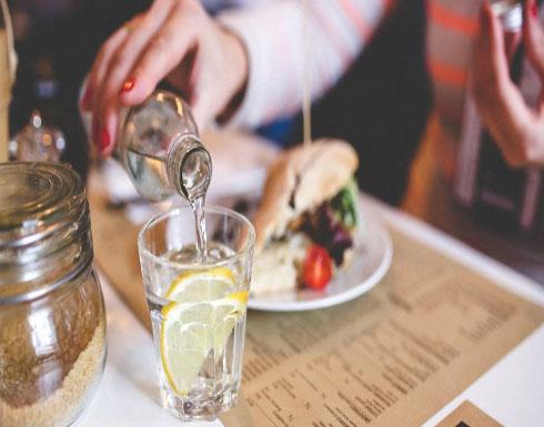 لا يجب تناول المشروبات الباردة مع الطعام.. والسبب!