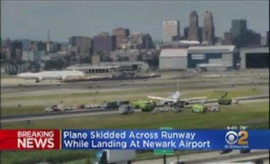 طائرة تنزلق خارج مدرج في مطار نيوآرك في نيوجيرسي (فيديو)