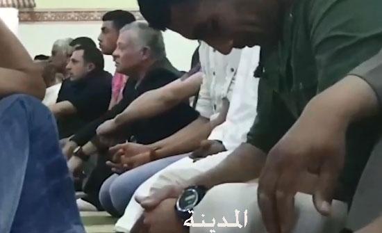 فيديو : الملك يصلي الجمعة في مسجد المخيبة في زيارة مفاجئة لاسرتين عفيفتين
