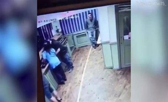 رأت زوجها يمازح فتاة.. فلقنته درساً قاسياً (فيديو)