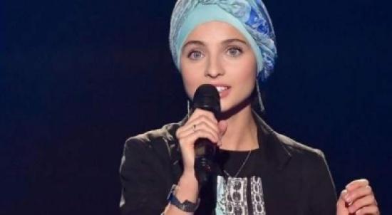 """شاهد.. فتاة محجّبة من أصول سورية تخطف قلوب مدرّبي """"TheVoice France"""" بأدائها وصوتها"""