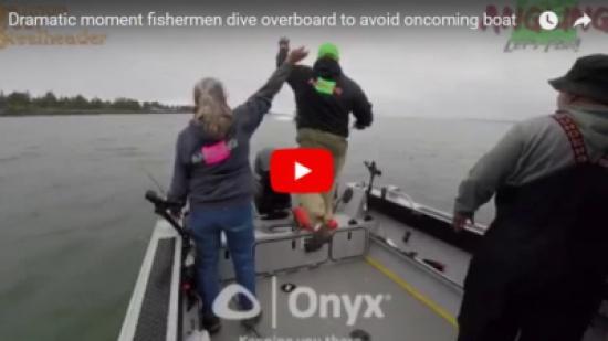 بالفيديو...لحظة تصادم قاربين بشكل مروع