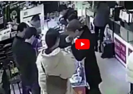بالفيديو - انفجار هاتف ذكي في فم رجل