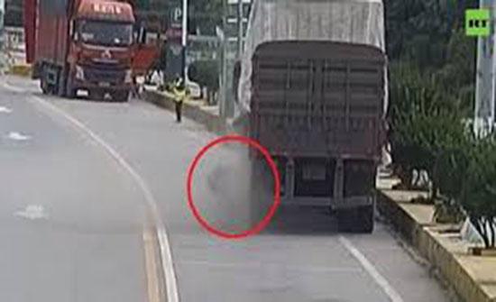 بالفيديو :  لحظة انفجار إطار شاحنة كبيرة بوجه سائقها