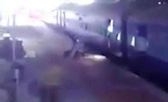 إنقاذ امرأة سقطت تحت قطار (فيديو)