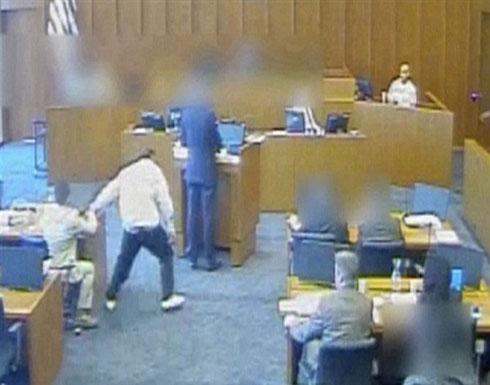متهم يحاول قتل شاهد داخل المحكمة والأمن يطلق النار عليه.. فيديو