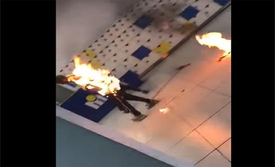 بالفيديو:التهمته النيران بسبب شاحنه المحمول!
