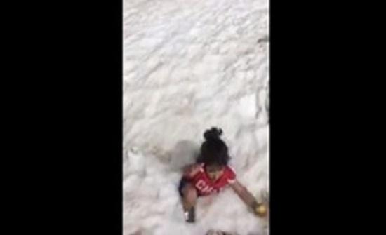 لحظة اختفاء طفلة داخل حفرة أعلى جبل جليدي (فيديو)