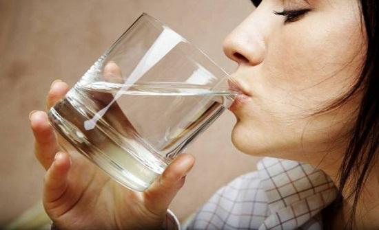 فوائد الماء الساخن.. اشربيه على الريق وستذهلين بالنتيجة!