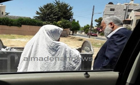 صور : لقاء مع امرأة تأكل من الحاوية