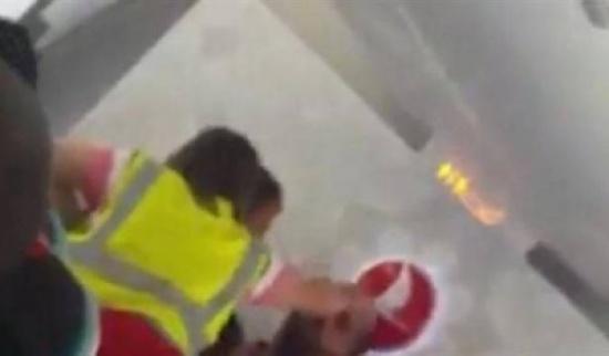 بالفيديو.. موظف هجرة بريطاني يصفع لاجئاً داخل طائرة
