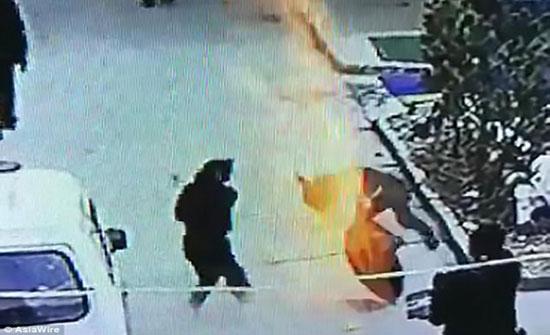 انفجار بالوعة في وجه صبي تطيره في الهواء (فيديو وصور)