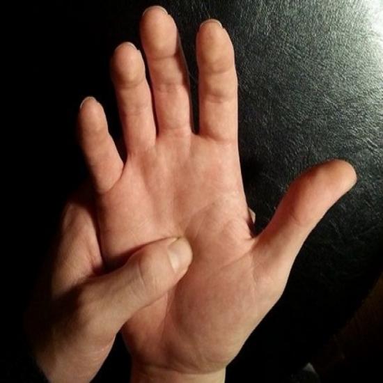 إضغط علي هذه النقطة من يديك لمدة دقيقة وإنظر ماذا سيحدث لجسمك
