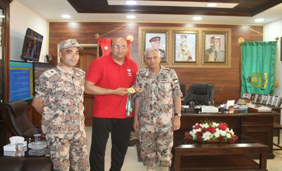 قائد المنطقة العسكرية الوسطى يكرم الرقيب مصعب المومني