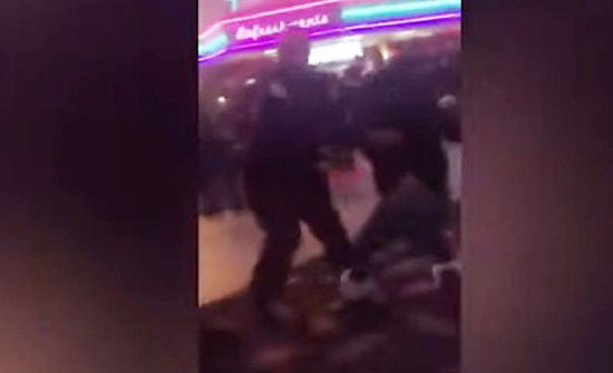 شاهد بالفيديو : شجارعنيف وركلات صدرية عنيفة بين فتيات من أجل شاب