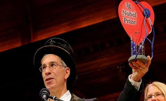 """10 فائزين بجائزة """"نوبل للحماقة"""".. أبحاث سخيفة عديمة النفع"""