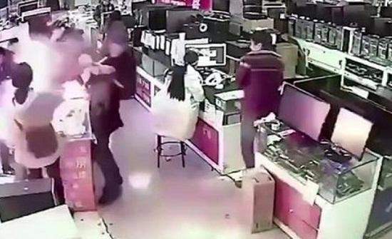 شاهد.. انفجار بطارية آيفون في فم مشترى داخل متجر بالصين