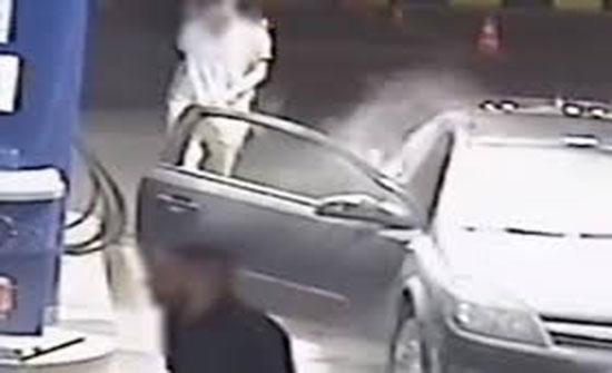 عامل محطة بنزين يلقن شابا رفض إطفاء سيجارته درسا قاسيا (فيديو)