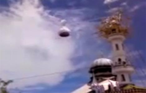 الملائكة ترفع قبة مسجد في نيبال