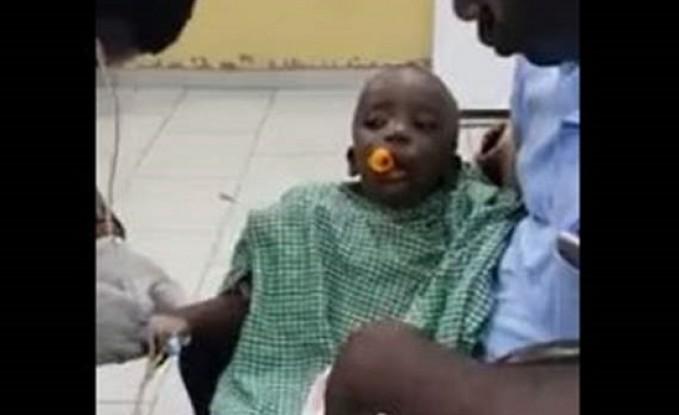 لحظة إنقاذ طفل عَلقتْ لعبة في فمه! (فيديو)