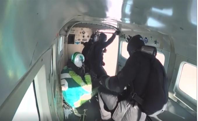 بالفيديو: متهور يقفز من طائرة علي ارتفاع 8 كم بدون مظلة