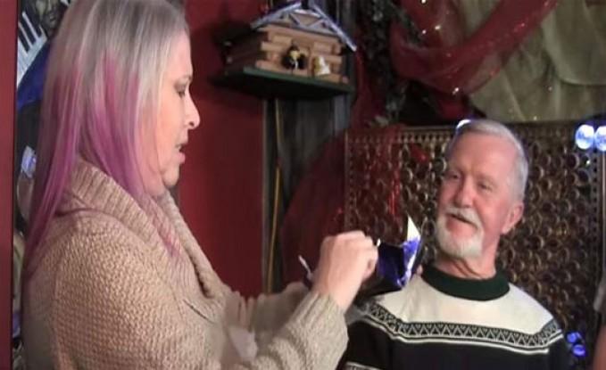 بعد 47 عاماً.. رجلٌ يفتح هدية من حبيبته السابقة بحضورها! (فيديو)