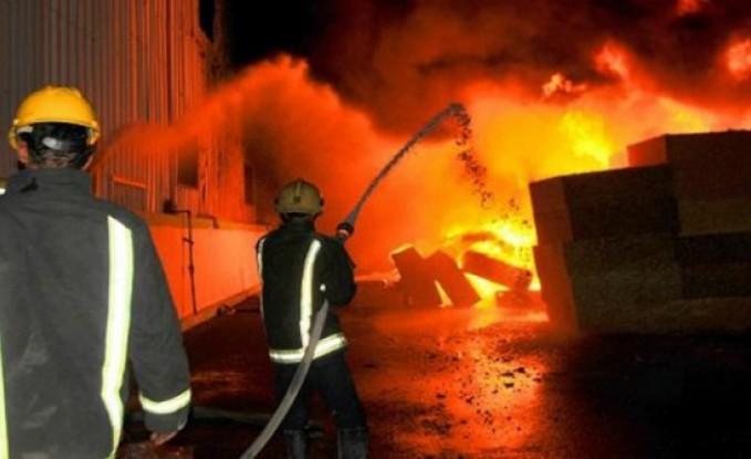 بالصور   عاجل :  حريق يلتهم محلاً تجارياً في شارع المدينة المنورة