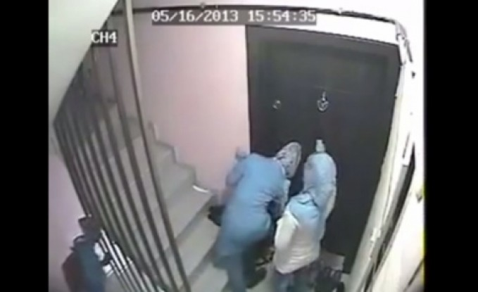 بالفيديو : 3 سيدات يقدمن على سرقة شقة في الاردن