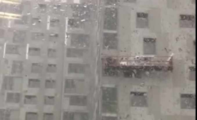 عمال بناء يعيشون لحظات رغب بعد تلاعب الرياح بسقالة (فيديو)