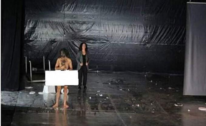 بالفيديو : ممثل سوري يظهر عارياً بالكامل أمام الجمهور على خشبة المسرح