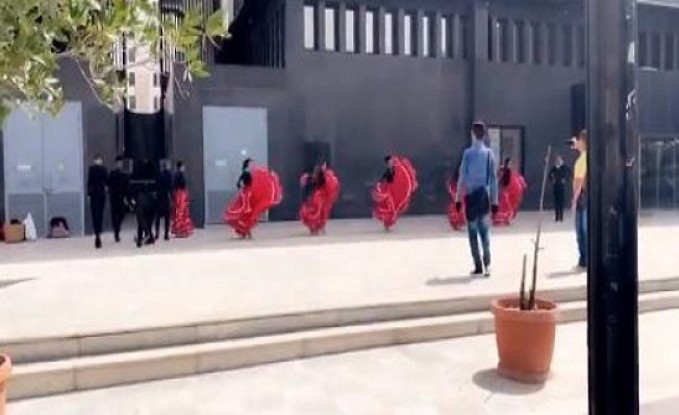 راقصات فرقة فنية يتدربن في ساحة عامة بالرياض وسط صدمة الحضور